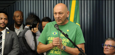Conversas apontam que Luciano Hang patrocinou blogueiro com apoio de Eduardo Bolsonaro