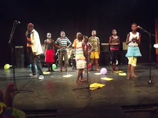 Les enfants en plein spectacle avec Kafé Dodo, au Centre Wallonie Bruxelles (CWB)/Ph. radio Okapi. Jeannot Matwaki Mofelele.