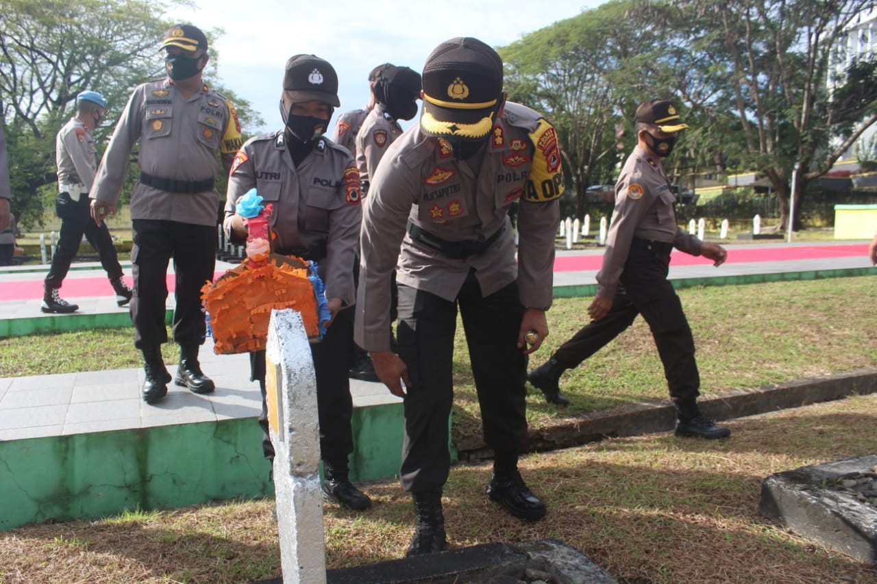 Tabur Bunga di TMP Salotungo Untuk Para Pahlawan Kusuma Bangsa Peringati Hari Bhayangkara Ke 74