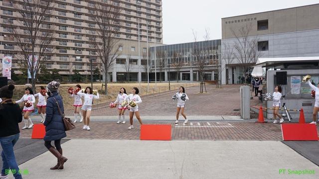 大学门口啦啦队的表演