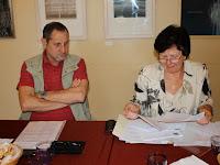 Gráfel Lajos hivatalvezető és Hecht Anna, a Vass Lajos kórus elnöke ismertetik a határozatot.JPG