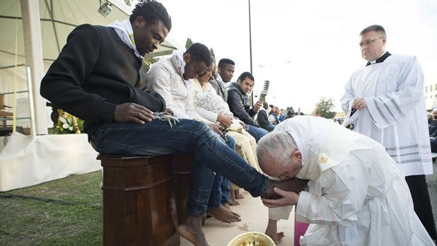 pope-francis-kisses-the-foot-of-a-man-during-the-foot-washing-ritual-at-the-castelnuovo-di-porto-refugees-center-e1458888339414