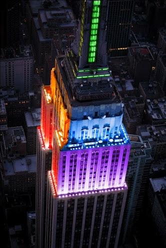 Eclairages en couleur de l'Empire State Building à New-York