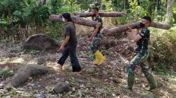 Pengamalan Nilai-nilai Pancasila dengan Membantu Pembuatan Kayu Bakar