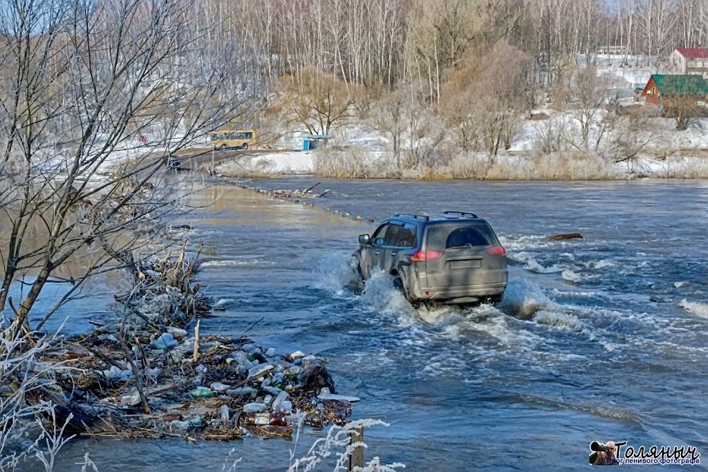 Есть еще люди, которые могут переехать затопленный Чекалиснкий мост на джипах, но это ненадолго.