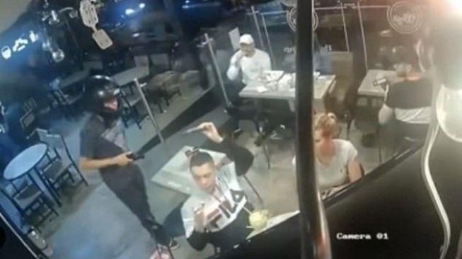 Restoran Disatroni Perampok, Pria Ini Tetap Santuy Makan Ayam Goreng