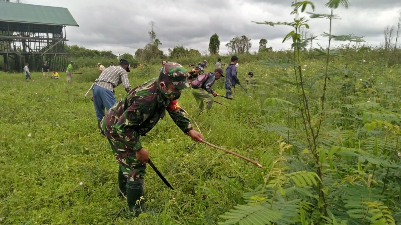 Babinsa Desa Muara Kaman Ajak Warga Melakukan Gotong Royong