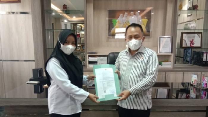 Bupati Sudian Noor menyerahkan secara simbolis SK CPNS kepada 135 pegawai di Tanah Bumbu, Jumat (8/1) tadi. Dengan penyerahan itu, 135 pegawai tadi tinggal menunggu proses pengangkatan menjadi PNS.