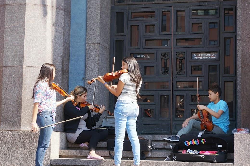 Con la espontaneidad que caracteriza a los venezolanos, algunos integrantes de la Sjtcv realizaron sus prácticas de instrumentos en las afueras del Stockholmes Konserthus