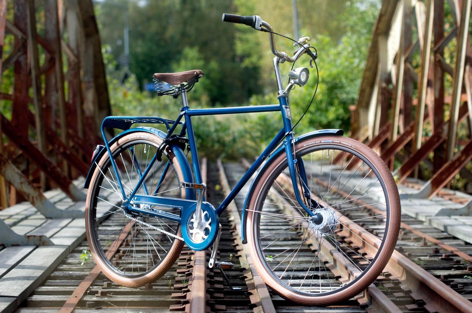 Pilen Lyx Special Blå helfärgad. Extrautrustning: bruna däck Fat Frank, läderhandtag och Crane Bell Suzu Brass.