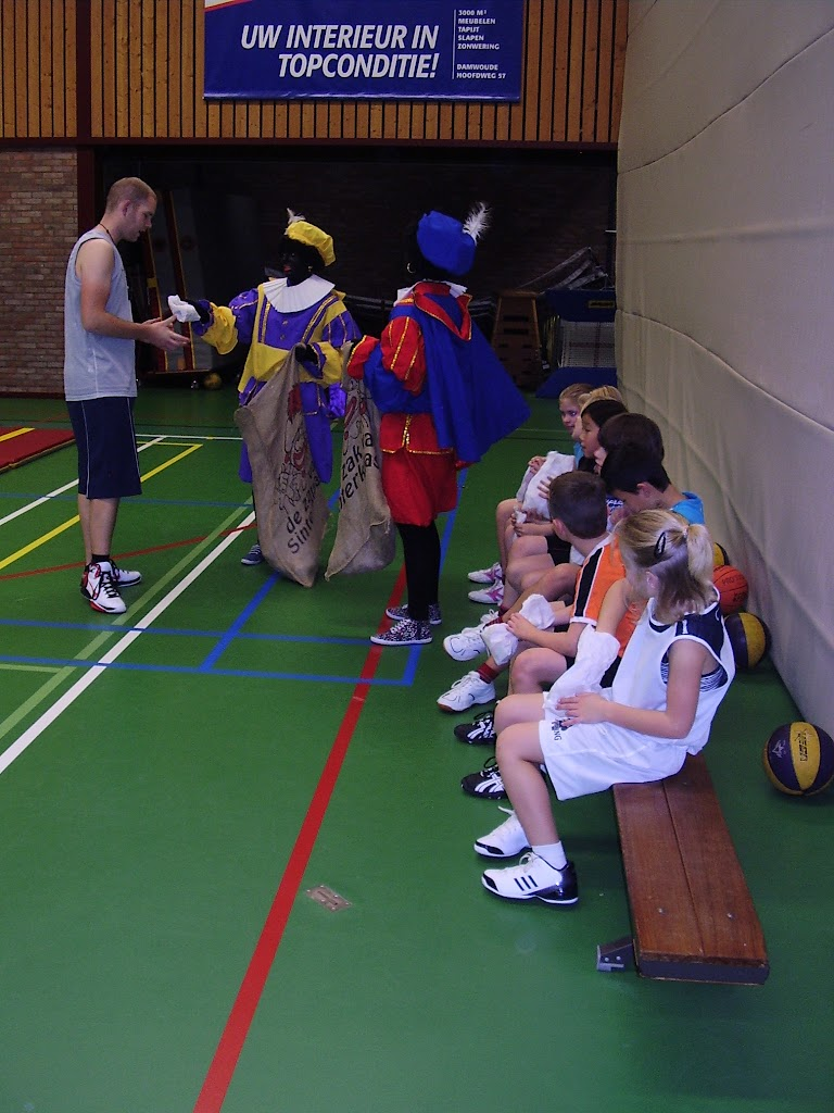 Zwarte Pieten bij U10 en U12 - P6130071.JPG