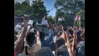 Jokowi Bagikan Suvenir di Tengah Kerumunan, Istana: Untuk Menghargai Antusiasme Masyarakat