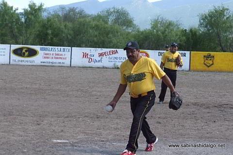 Ricardo Martínez lanzando por Agua y Drenaje en el softbol del Club Sertoma