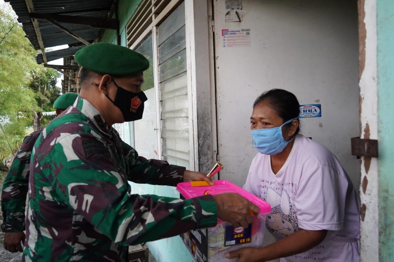 Penuh Rasa Haru, Ibu Rusminah Terima Bantuan TNI
