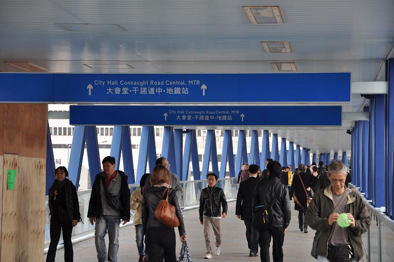 Навигация в надземных пешеходных дорожках в Гонконге
