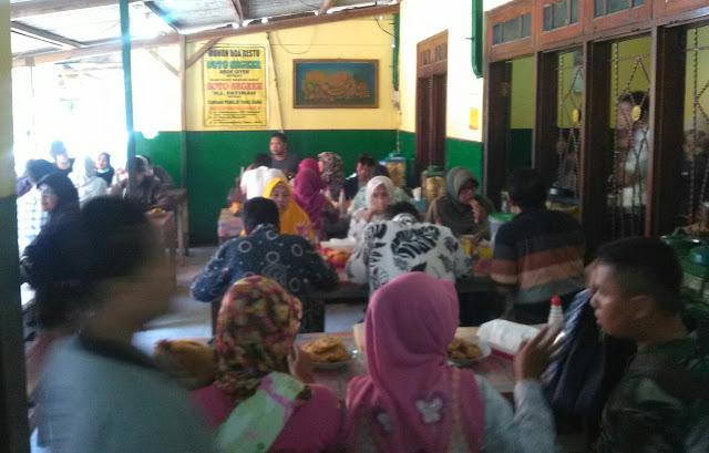 Suasana warung Soto Segeer Hj. Fatimah Boyolali. (foto direktorijateng.com)
