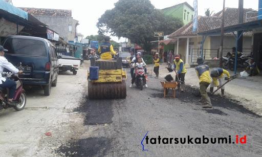 Penambalan Jalan Ujung Genteng - Surade // Foto : Rudi Imelda