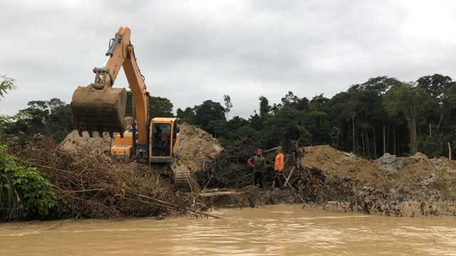 The village of Watch Post, in the Munduruku Amazon Territory, in January 2018. The village has been swallowed by the heavy equipment of hundreds of illegal gold miners (called garimpeiros). What was once a few huts hidden in the Amazon forest now resembles a bombed battlefield. Photo: Fabiano Maisonnave / Climate Home News