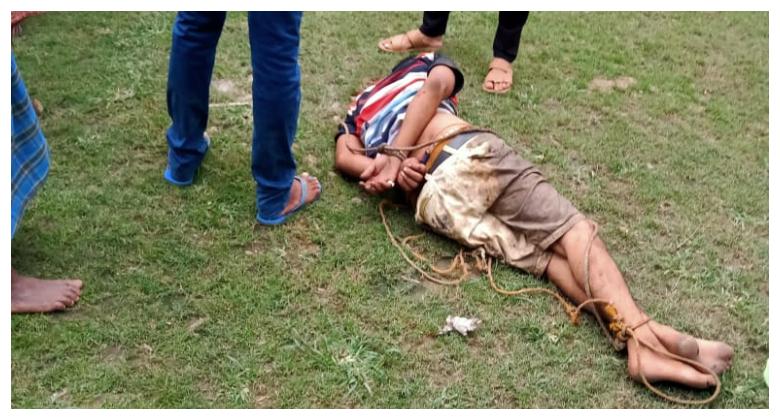 चाय नहीं बनाने पर दुकानदार की पिटाई, बचाव में आए सरपंच पर चलाई गोली, गुस्साए ग्रामीणों ने एक को पीटकर मार डाला, दूसरे बदमाश की हालत गंभीर