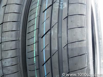 タイヤパターンが非対称で左が内側