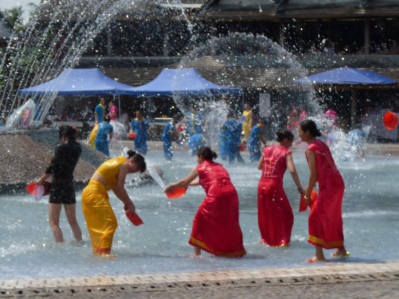 Chaque jours, ils refont la celebrissime fete de l eau,pour ceux qui n ont pu  participer a la date officielle