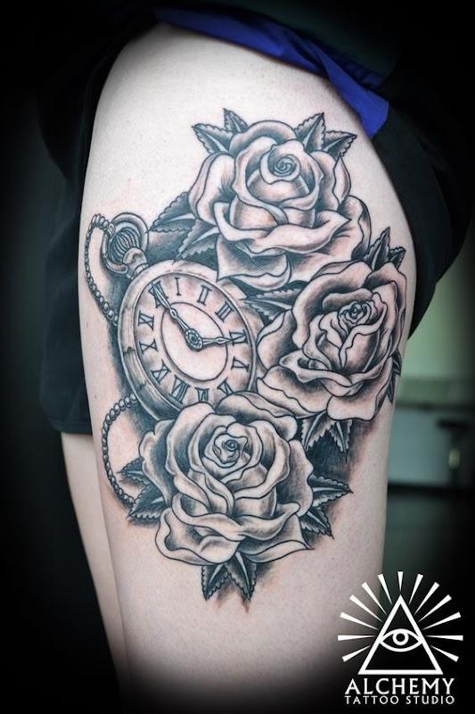 rosas_e_relgio_de_bolso_coxa_tatuagem