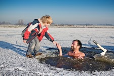 Wim Hof shaking hands while submerged in freezing cold water. #PlusPhotoExtract