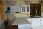Realizzazione cucina country con piano piastrellato, particolare del bancone  e del muro in pietra