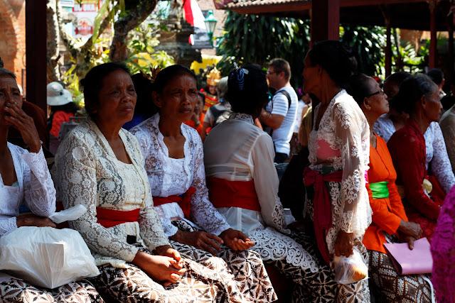 Mujeres vestidas de gala en el Palacio de Ubud