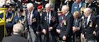 De Britse veteranen leggen hun krans bij het Manna monument.