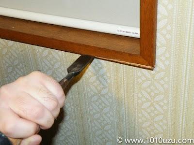 窓枠をノミで削る