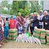 Ketua DPRK Aceh Tamiang Drs.Suprianto memberi sembako di desa tenggulun kecamatan tenggulun