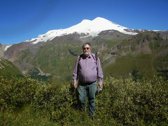 Jean Michel devant l'Elbruz, depuis Cheget (Terskol) 2750 m, Kabardino-Balkarie, 8 août 2014. Photo : J. Marquet