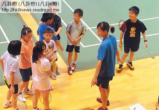 林寶(右一)乖乖企埋一邊聽教練指導,跟其他小朋友相處融洽。