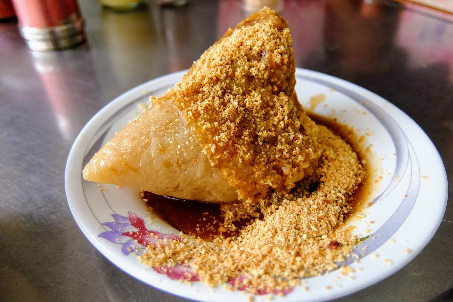 肉粽,上頭灑滿花生粉,醬油也偏甜,總之就是人稱的南部口味啊啊XDD