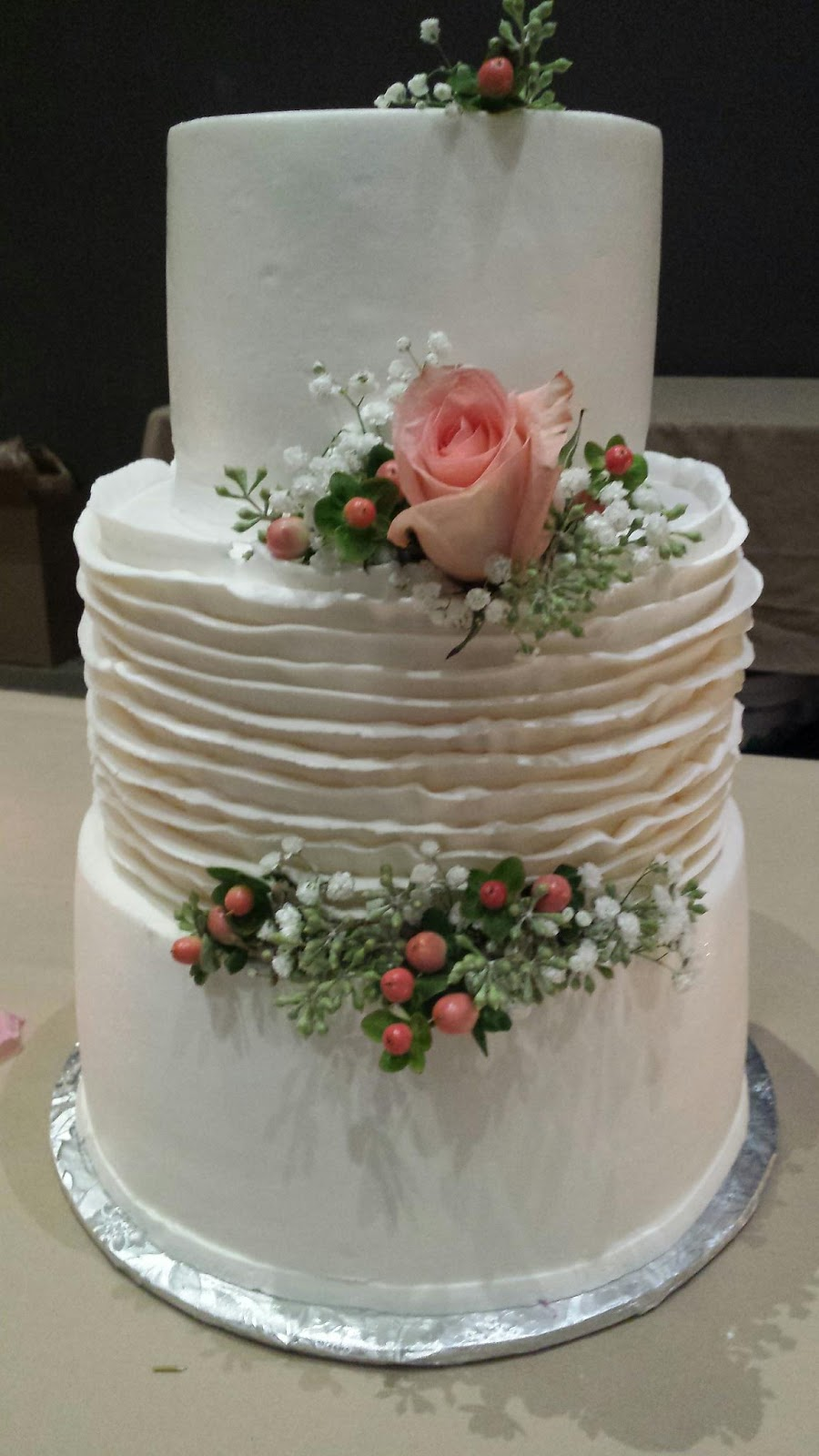 why do we cut a wedding cake living from to what does the wedding cake 27460