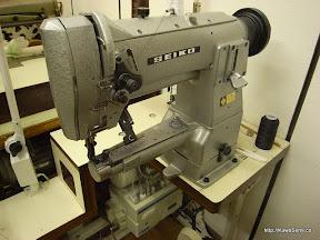 SEIKO製 工業用腕ミシン。厚い革も平気で縫いますが、スピード調節もでき、やさしくもあります。
