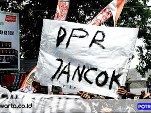 """"""" DPR JANCOK """" Begitulah Suara Lentan Para Buruh Tolak Omnibus Law di Depan Gedung DPRD Pasuruan"""