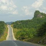 La route, au milieu des palmiers à huile, 15 km avant Sukau. 2 août 2011. Photo : J.-M. Gayman
