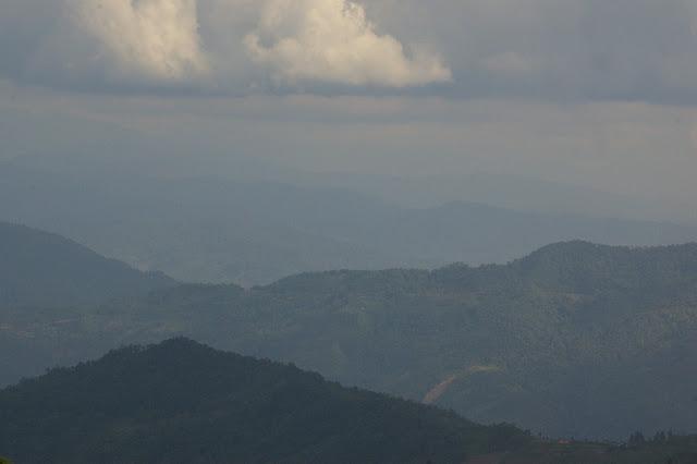 Reliefs à l'est du Mont Kinabalu (entre Ranau et Telupid). 31 juillet 2011. Photo : J.-M. Gayman