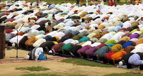 Tata Cara Shalat Idul Adha, Hukum dan hadits mendengarkan khutbah