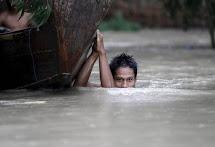 Povodně v Barmě zasáhly milion lidí. Statisíce lidí přišly o střechu nad hlavou. (REUTERS/Soe Zeya Tun)