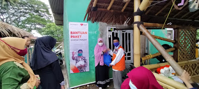 Rumah Zakat Berbagi Sedekah Pangan Kepada Santri Lansia Saung Qur'an Al-Awwal Bekasi