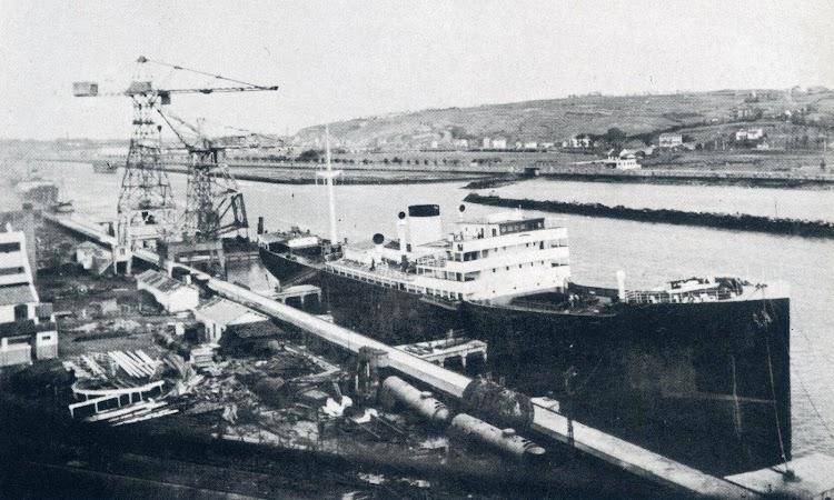 El MAR NEGRO en Bilbao, en la Naval. Preparándose para su nueva vida como crucero auxiliar. Del libro La Marina Mercante y el Trafico Maritimo en la Guerra Civil.JPG