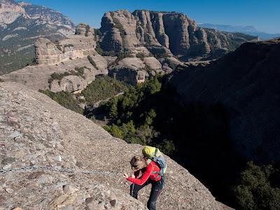 Grimpada cap a la Roca del Corb. Al fons Sant Honorat