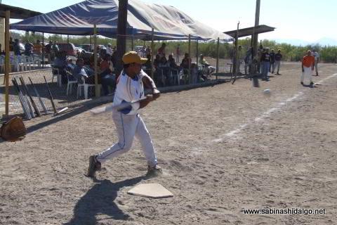 Modesto Hernández bateando por Diablos en el softbol del Club Sertoma