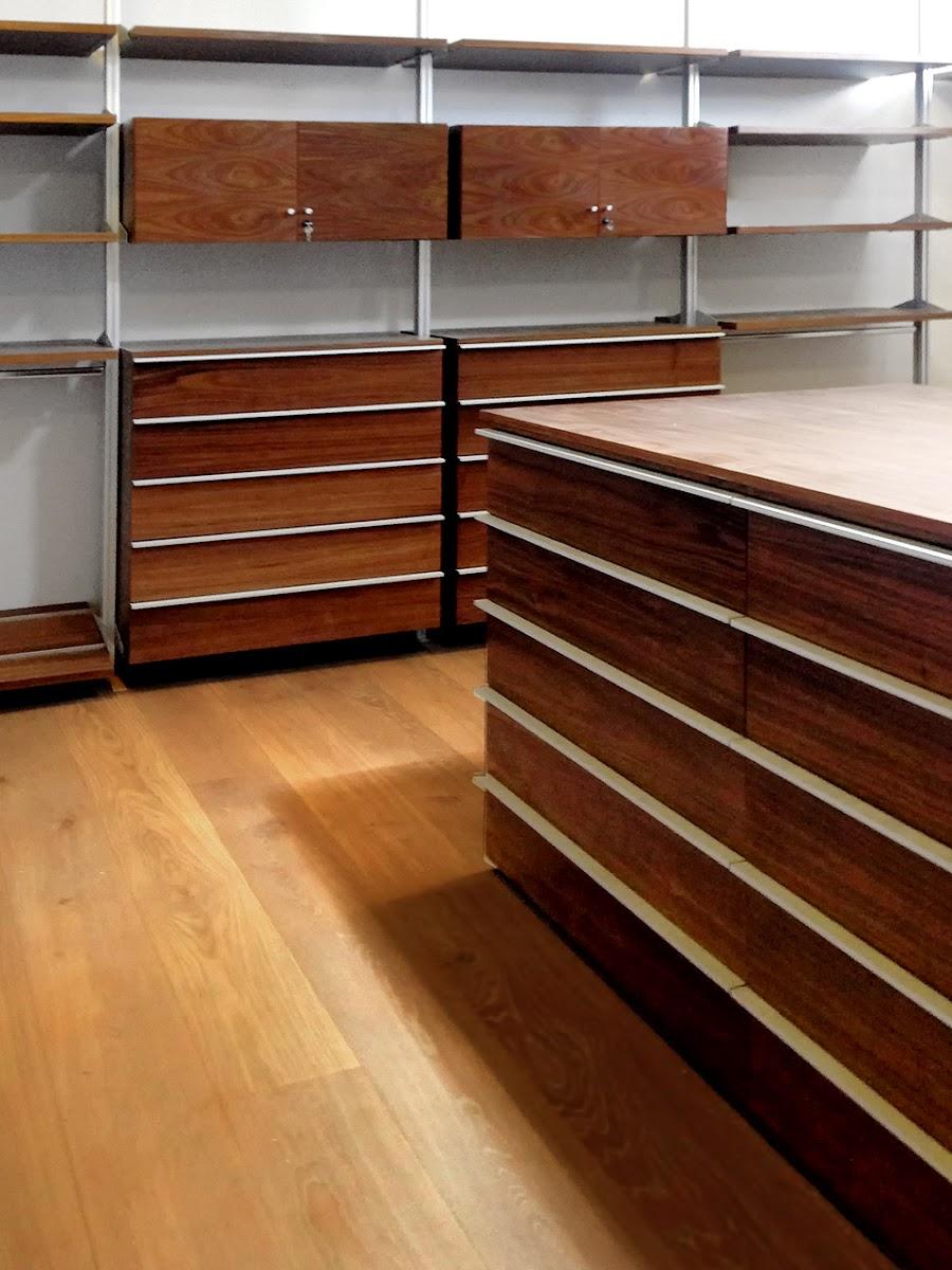 Closets y vestidores de lujo closets de madera closets for Disenos de zapateras para closet