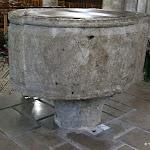 Eglise Saint-Martin : cuve baptismale servant d'autel, du début du 14e s. siècle, posée sur un chapiteau du 13e s.