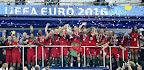 A győztes portugál válogatott játékosai ünnepelnek a kupával a franciaországi labdarúgó Európa-bajnokság döntőjében vívott Franciaország - Portugália mérkőzés végén, Saint-Denis, 2016. július 10.  (MTI Fotó: Illyés Tibor)