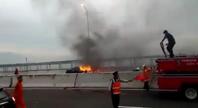 Mobil terbakar di suramadu